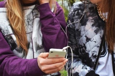 iphoneを使う2人