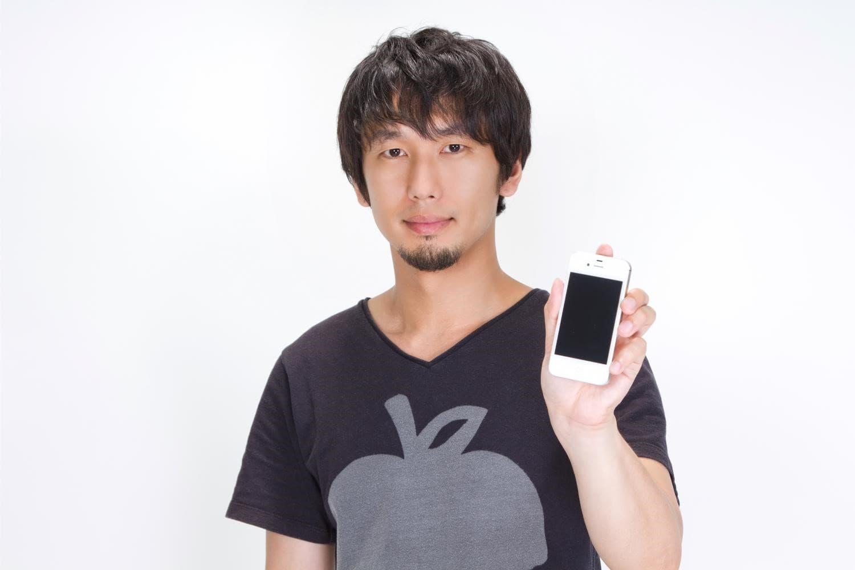 iphoneを見せる男の人