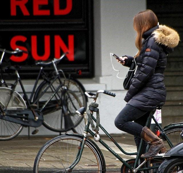 自転車に乗る女の人