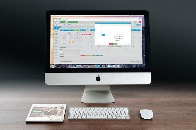 パソコンと携帯と机