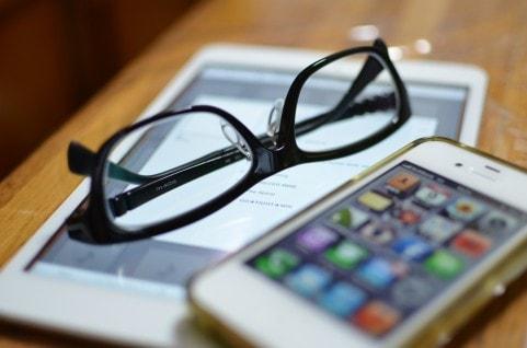 メガネとアイフォン