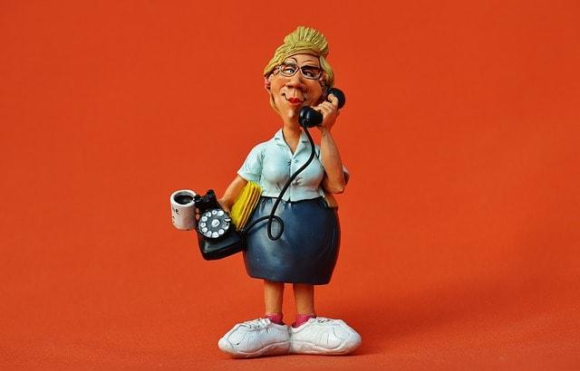 電話をかける人形