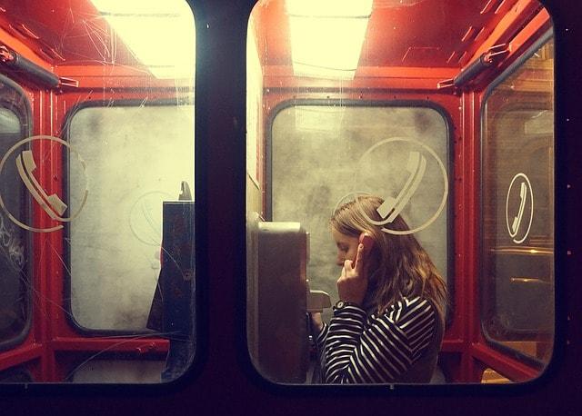 公衆電話と女の子